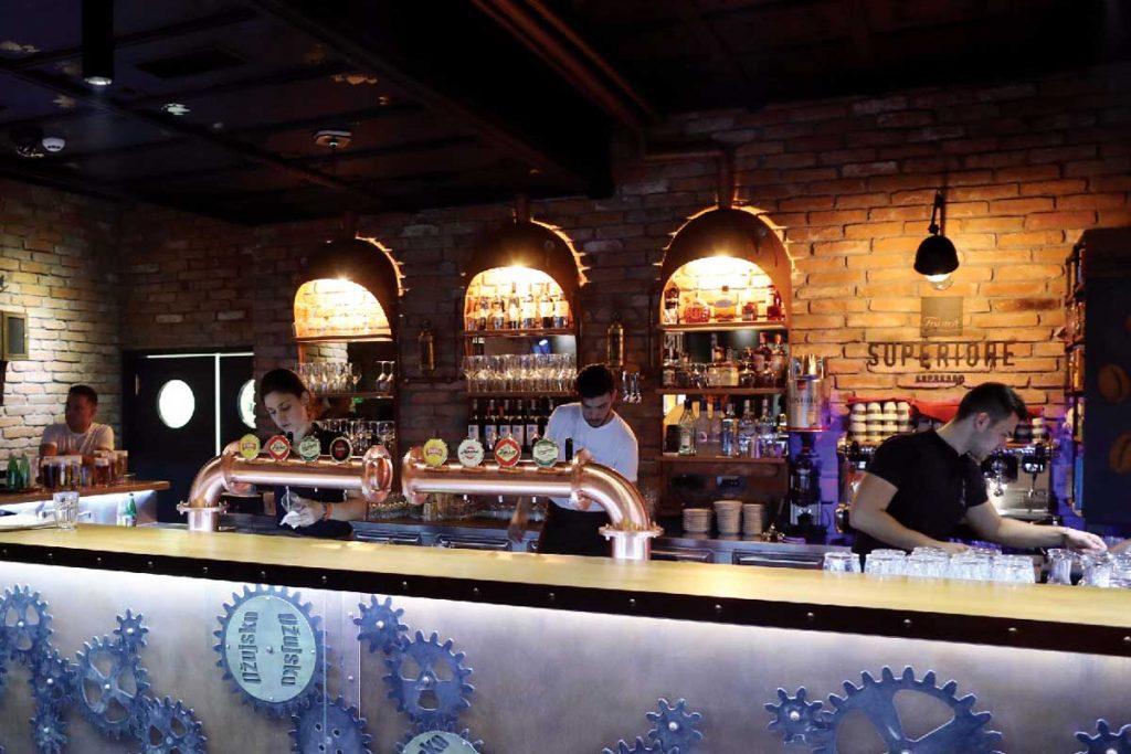 Ožujsko Pub Maksi u Zagrebu, interijer, šank